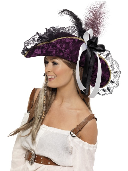 a3cc2ffb99b Luxusní doplňkem dámského pirátského kostýmu je tento trojhranný  fialovo-černý klobouk s peřím.